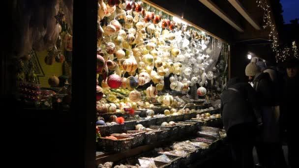 Lidé obdivují vánoční ozdoby