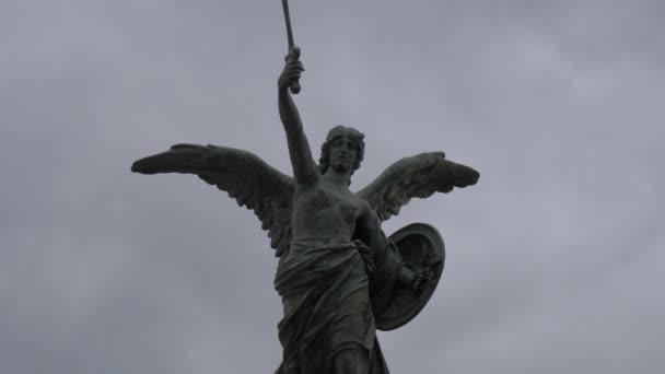 Engel mit Schwert und Brustpanzer