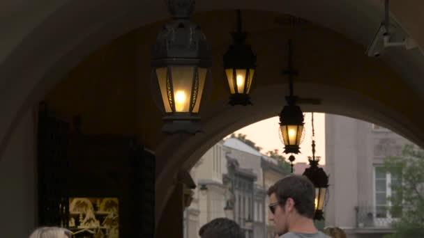 Arkády se stropními lampami
