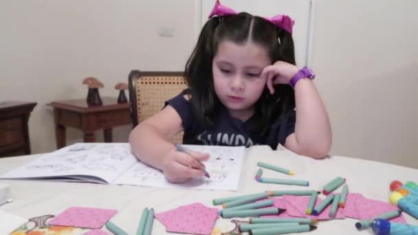 malá dívka omalovánky s barevnými barvami
