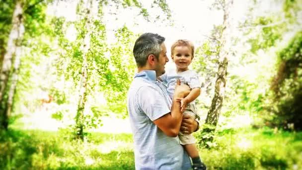 Chlapec a otec v parku