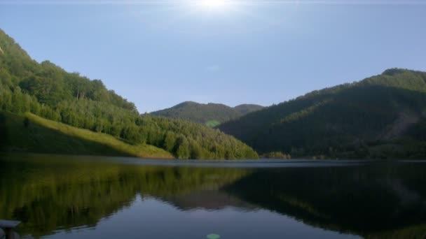 hegyek által körülvett tó