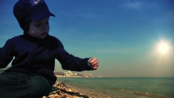 chlapec na břehu moře