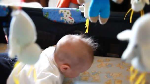 Dítě, obklopené hračkami