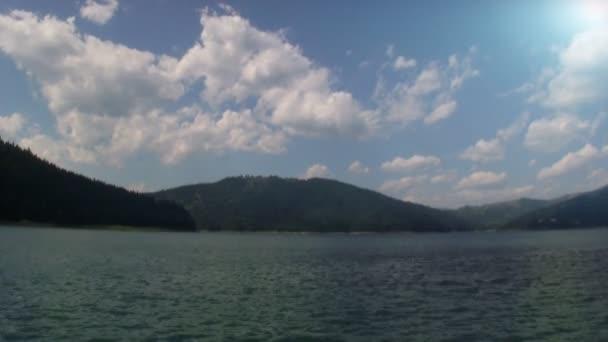 Jezero a lesní hora
