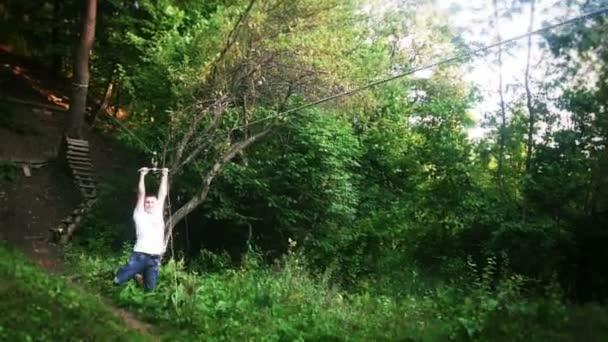 Mann in fliegender Fuchsseilbahn