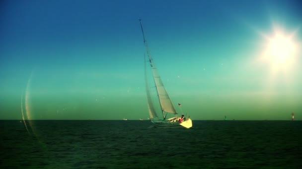 Jachty plavby při západu slunce