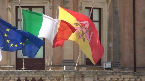 Sizilien, Noto-Stadt das Barockwunder - UNESCO-Weltkulturerbe. Sizilianische Flagge auf dem Palazzo Ducezio. Verfilmung 4k