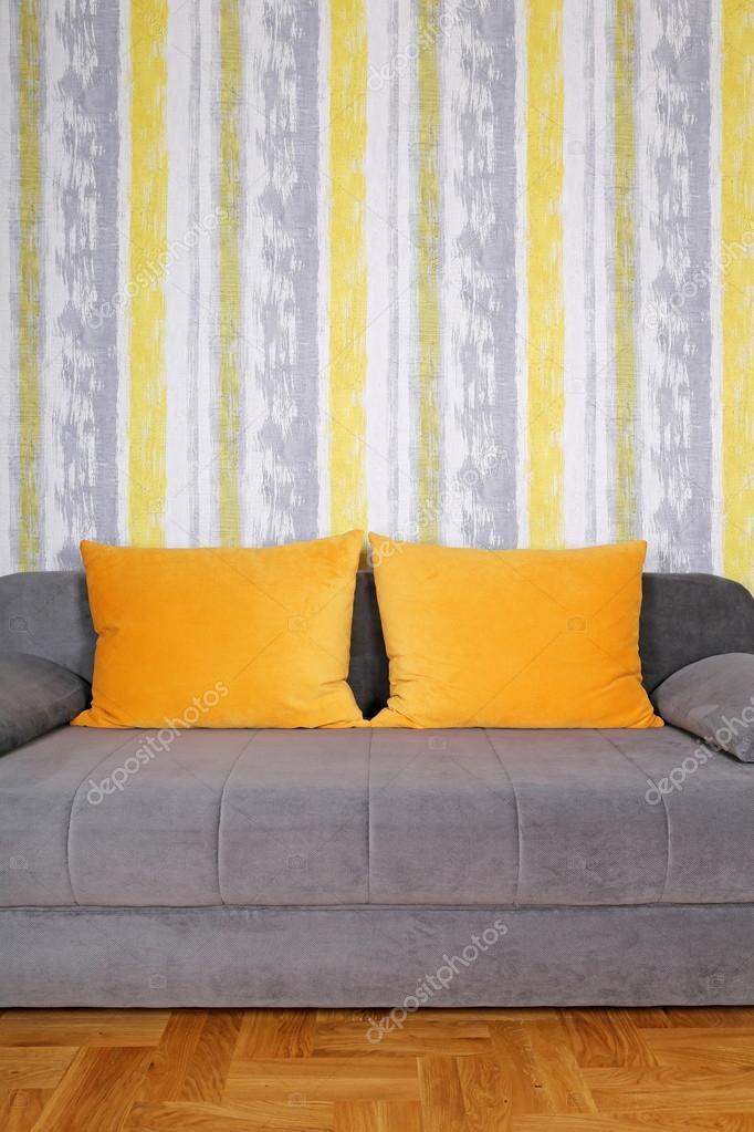 Divano con cuscini gialli e carta da parati foto stock darezare 98477904 - Cuscini da divano ...