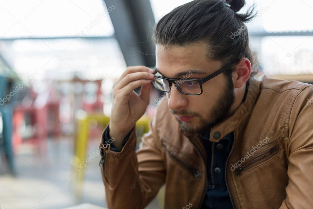 Stilvolle Hipster Modell Mit Lange Haare Und Bart Lebensstil In Der