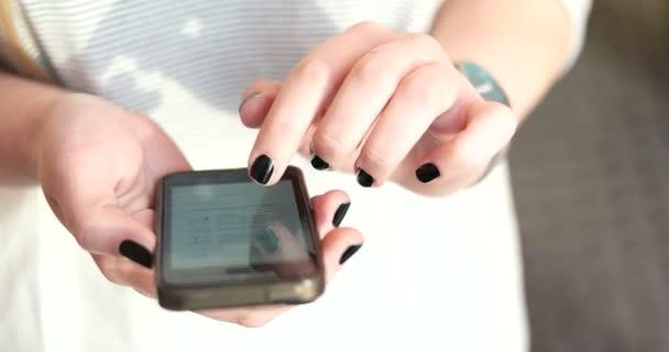 žena pomocí mobilního telefonu