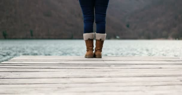 Žena v teplých botách na přírodu
