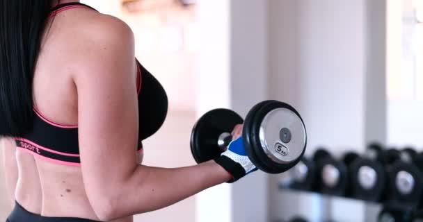 Žena v tělocvičně školení s činka