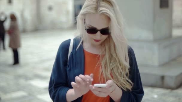 Vonzó turisztikai nő gépelés telefonon