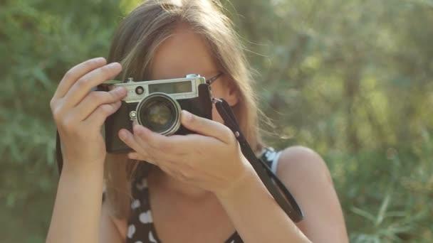 Ragazza per scattare foto con macchina fotografica depoca