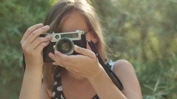 Dívka s vinobraní fotoaparát fotí