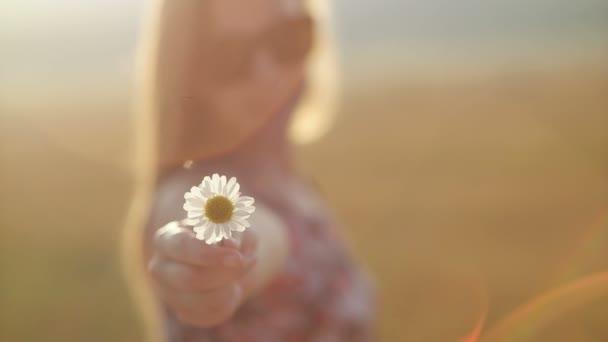 Dívka s květinou na hoře, romantická krajina