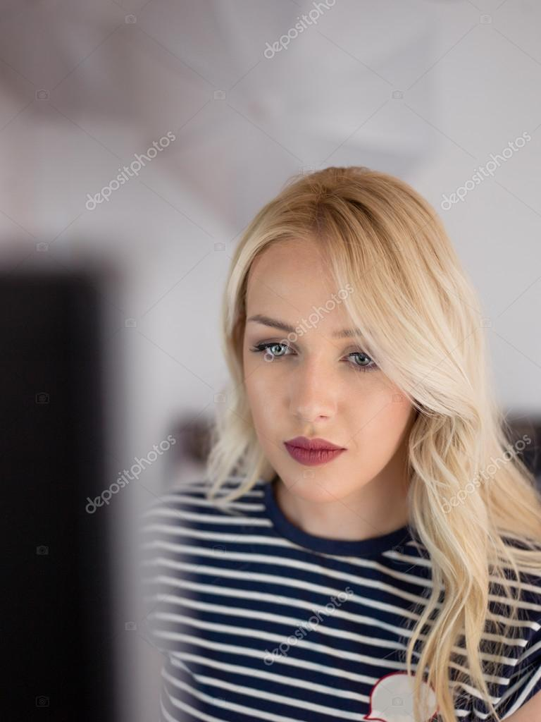 retrato de mujer de suecia con encanto usando netbook para trabajo remoto u foto de stock
