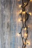 Vánoční pozadí. prkno dřeva se světly a volným textem lázně
