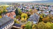 Friedberg in der Wetterau, Hessen, Deutschland Blick vom Adolfsturm als Teil der größeren Burg Friedberg auf das Dorf, das Burggelände und den Herbstbaum unten.