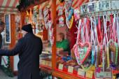 Heidelberg, Deutschland: Traditionelle, bunte Lebkuchenherzen zum Verkauf an einem Stand auf dem Weihnachtsmarkt in Heidelberg).