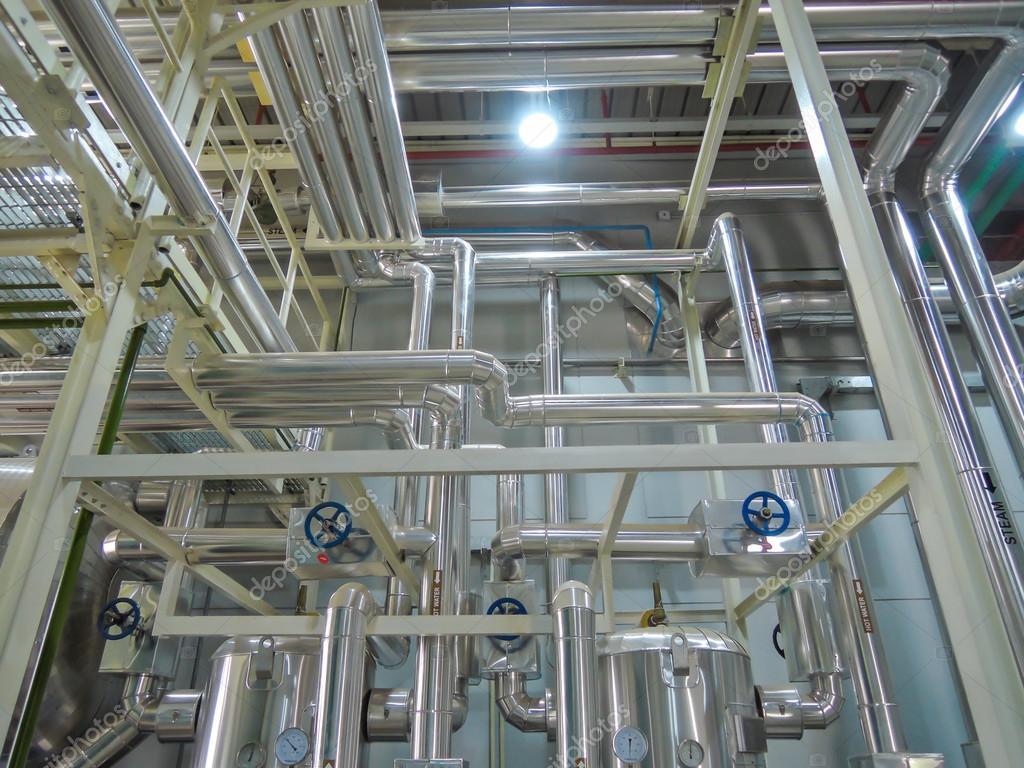 Prozess-Kessel Stahl Rohrleitungen Heisswasser Dampf im Raum für ...