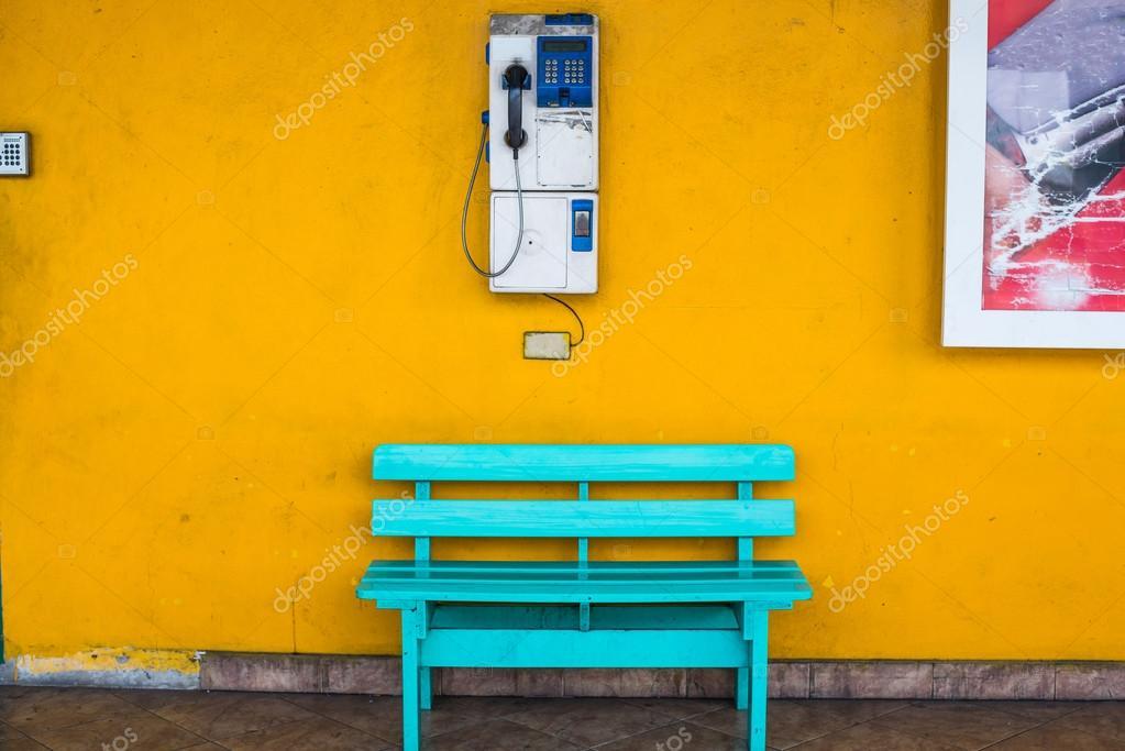 Sedia In Legno Antico Blu Con Parete Cellulare Con Uno Sfondo Giallo
