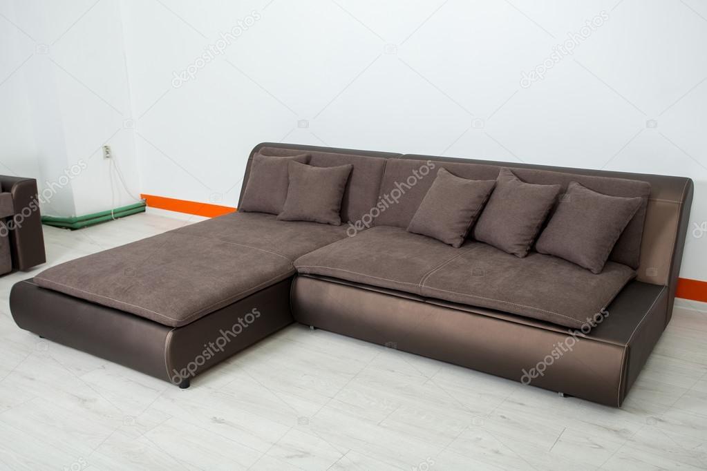 Eckige Braune Ledercouch Auf Weißem Hintergrund Stockfoto