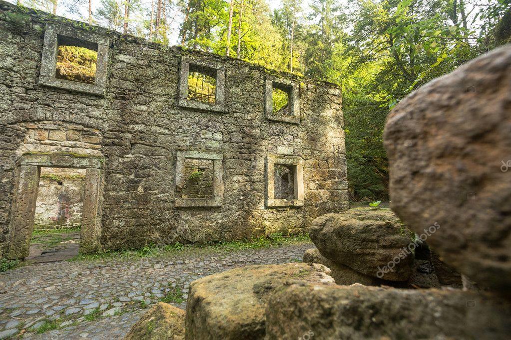 森の中の建物を放棄 \u2014 ストック写真 © VadimBorkin 95827964