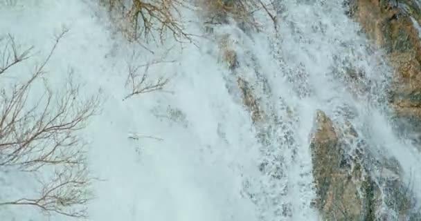 krásný vodopád v horách, kvůli povodni, stromy zaplavil. krásný potok. zaplavené stromy. 4k 60fps cinema