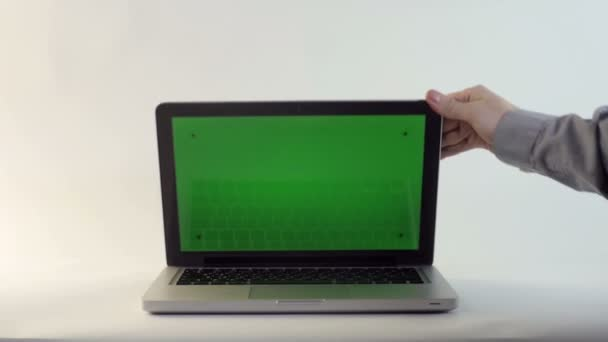 Laptop-val egy zöld képernyő