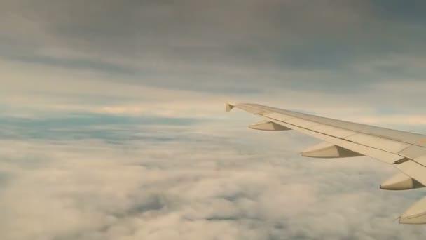 pohled na mraky z letadla