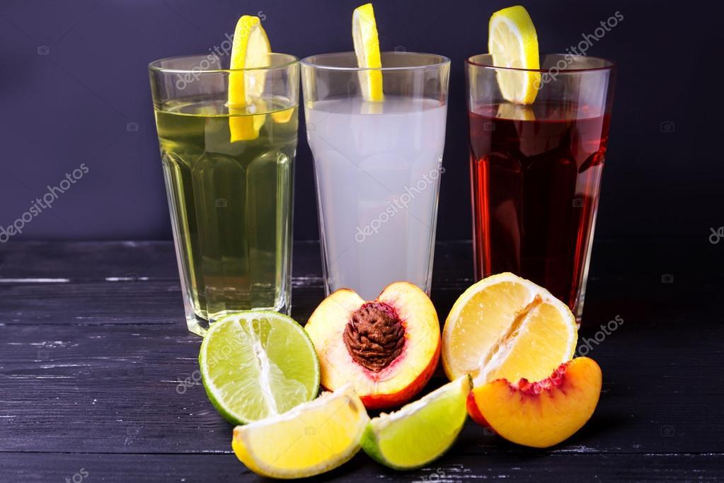 Drei Früchte Erfrischungsgetränke mit Zitrone auf ein Rand eines ...