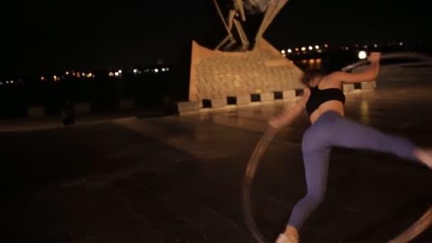 Frau auf Cyr-Rad macht akrobatischen Trick