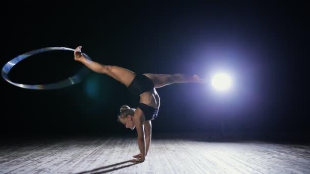 Professzionális női cirkuszi Akrobata forgatni jelenet a hula hoop