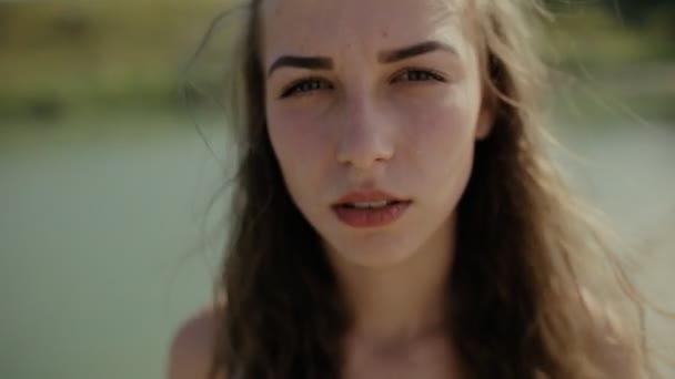 Kameraya Bakarak Sıcak Yaz Tatil Gün Içinde şirin Komik Kadın Stok