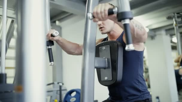 Sportovec, zdvihací váha na aparát tréninku v tělocvičně