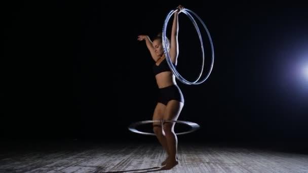 Müvészeti torna. Nő sok hula hoop jelenet forgatása.