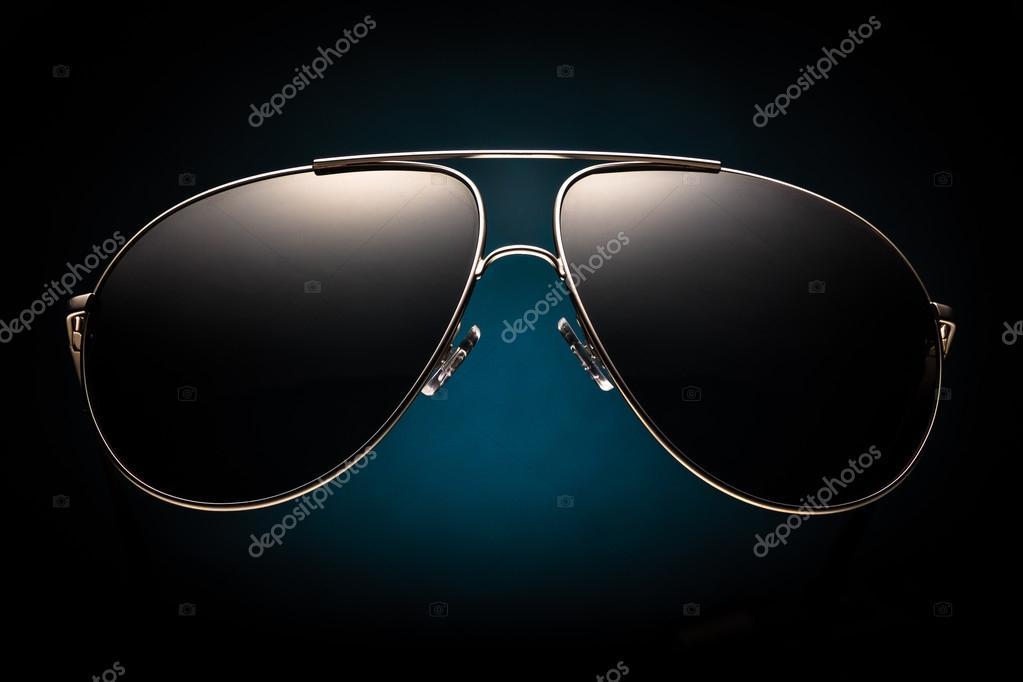 4a1f35b68d Μοντέρνα γυαλιά ηλίου σε μαύρο φόντο — Φωτογραφία Αρχείου © Croese ...
