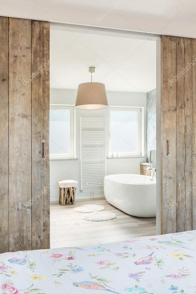 Chambre moderne avec salle de bains attenante — Photographie Croese ...