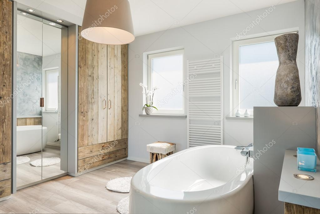 Moderne badkamer interieur met een apart bad grote spiegel en
