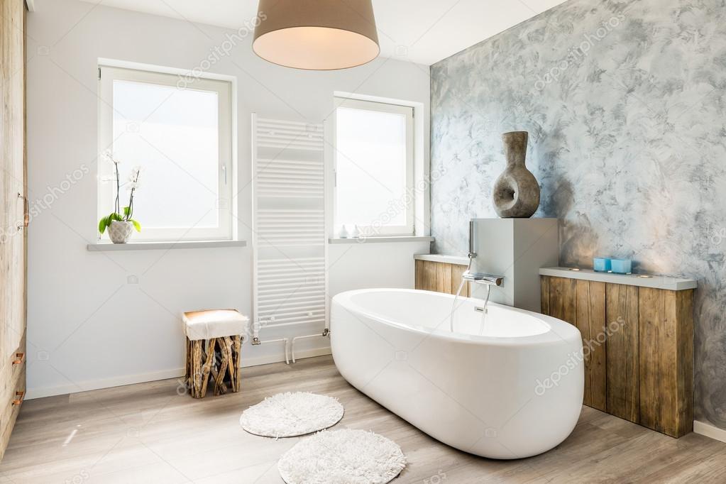 Grote Frisse Badkamer : Interieur van een moderne frisse badkamer met apart bad