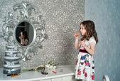 Mladé módy s rtěnkou na zrcadle
