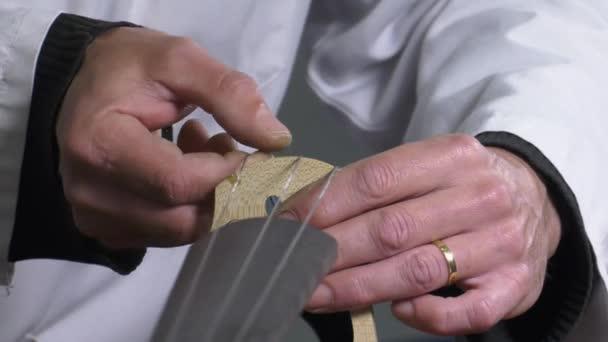 hangszerkészítő hoz létre, és beállítja a festőállvány