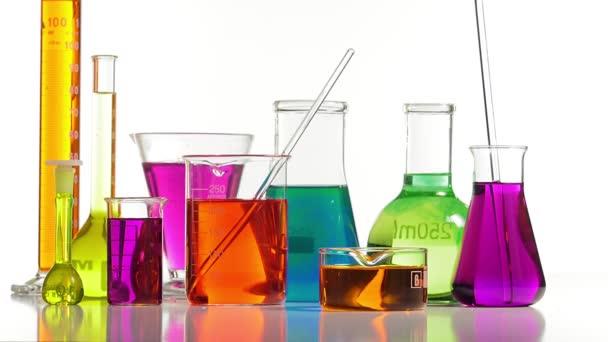 mehrere Laborflaschen in verschiedenen Formen und Farben