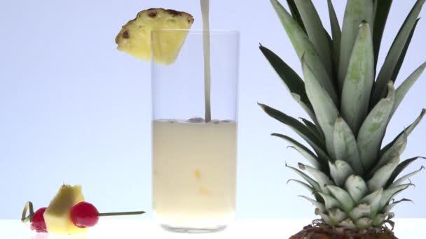 Lití pina colada s ananasy v popředí