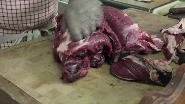 řezník, bourání masa kostky