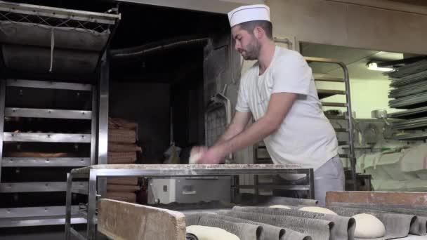 válcování a tvarování těsta bagety chleba
