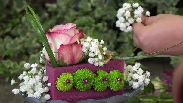 vytvoření květinové aranžmá ve tvaru jako dort