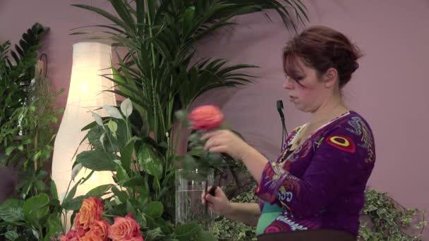 ein Blumengeschäft produziert einen Strauß Rosen
